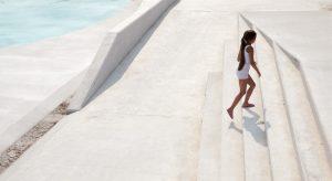 Betonnen hellingen rond het grote bassin van het waterplein in Tiel zijn zo vormgegeven dat ze geschikt zijn om te zitten en te spelen • Foto Milad Palesh. 2
