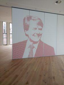 Verplaatsbare wand in de nieuwe raadzaal wordt opgeluisterd met een artistieke afbeelding van Koning Willem-Alexander