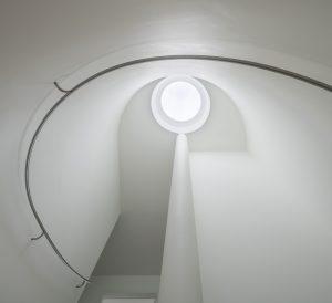 In het hart van het huis is een ronde trap.