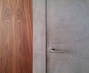 Detail walnotenfineer en leemstuc Earthcote.