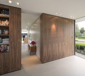 Studeerkamer met uitklapbed en deur naar gastenbadkamer. Schuifdeuren kunnen studeer/logeerkamer afscheiden van de woonkamer.