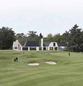 Hilversumsche Golf Club, hole 18 , 100 meter voor de green met clubhuis. FOTO KOEN SUYK