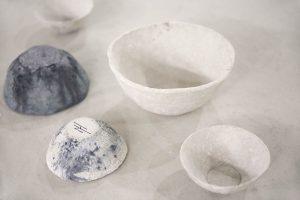 Waterschap van Nienke Hoogvliet, servies gemaakt met resten van wc papier uit rioolwater