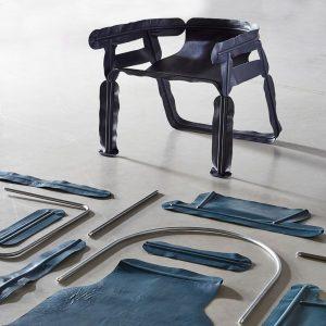 Glissade, een cartooneske stoel van Christian Heikoop met een frame waarbij leren zitelementen over tentstokken zijn getrokken