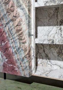 De abstractie van bergketens en woestijnrotsen van grote hoogte geven de Marble Earth kast van ontwerper Bart Joachim Van Uden een aardse en tegelijkertijd surrealistische look.