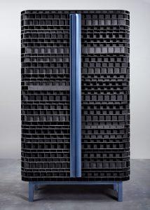 Klaas Kuiken gebruikt de isolerende kartonnen constructie die meestal in deuren zit verstopt als decoratief materiaal aan de buitenkant van een kast.