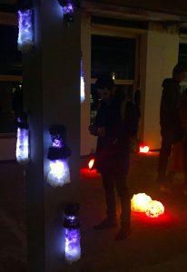 Voor de tentoonstelling Big Art laat Monté een pilaar in de voormalige Diamantbeurs in Amsterdam begroeien met lampen van kristallen