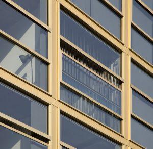 Voor dit project is een verticaal schuivend venster ontwikkeld, waarvan het middendeel geheel naar beneden kan schuiven.