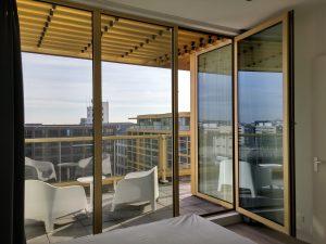 Bovenop het gebouw is een laag penthouses geplaatst, met aparte slaapkamers en terrassen.