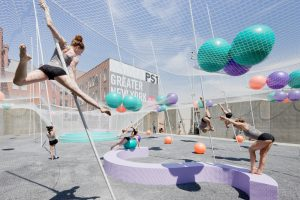 Pole Dance 2010, een installatie voor de binnenplaats van kunstencentrum MoMA/PS1 in New York. Door palen te bewegen, komt ook de flexibele overkapping in beweging
