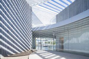 De drie losse gebouwen van het museum worden met elkaar verbonden door de metalen overkapping