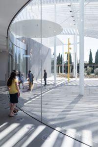 Het museumgebouw oogt transparant en open.