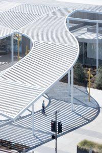 Van drie meter hoogte aan de randen golft deze metalen constructie omhoog tot 15 meter in het hart van het complex