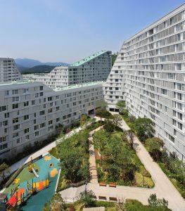 Door het complex is een netwerk van fiets- en voetpaden ontworpen, die ontmoetingen moeten stimuleren
