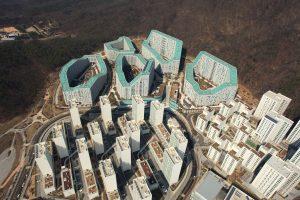 Anticiperend op de bergachtige locatie, de zuidelijke woningoriëntatie (de religie schrijft dit voor in Korea), is een reeks halfopen, ruitvormige gebouwen ontworpen, met een zuidgevel die omhoog loopt als een hyperbool