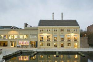 Entree filmhuis Lumière, vanaf het Bassin. Links van de entree op de verdieping bevinden zich de kantoren