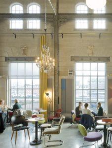 Het restaurant biedt uitzicht op Het Bassin. Bij de raampartijen is goed de detaillering te zien, uitzonderlijk voor een fabrieksha.