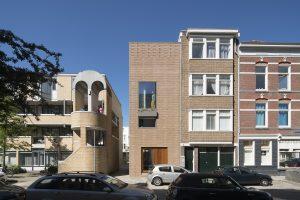 1. Gouvernestraat 93 in het Oude Westen in Rotterdam, een nieuw woonhuis op een lege plek tussen bestaande bebouwing.