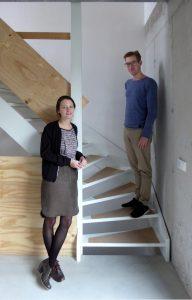 12. De bewoners en architecten Nina Aalbers en Ferry in 't Veld. De trap is in de hoek van het huis geplaatst.
