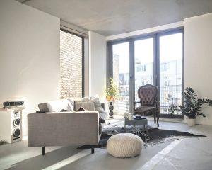 13. Living op de tweede verdieping. Het venster is zo gemaakt dat de ruimte in tweeën gedeeld kan worden.