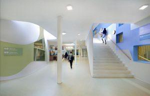Entreegebied met links doorloop naar brasserie en rechts trap naar verdieping