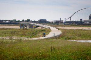 e Zaligebrug en rechts een deel van de Oversteek, ontworpen door de Belgische architecten Laurent Ney en Chris Poulissen (Ney Poulissen Architects & Engineers)