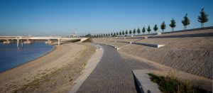 De Lentloper, verkeersbrug over de Spiegelwaal, Ney Poulissen Architects & Engineers, met links en rechts wandelen fietspaden