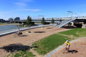 De spoorbrug met verdiepte en verstevigde pijlers (ProRail) en fietsbrug De Snelbinder, ontwerp studioSK/Movares
