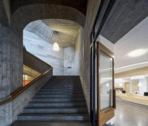 Nieuwe doorgang vanaf receptie naar trappenhuis. Foto Archimage Meike Hansen