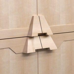 De kastknopjes refereren naar een vormmotief in de architectuur. Foto Pieter van der Ree