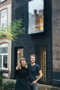 Architecten Gwendolyn Huisman en Marijn Boterman voor het huis dat zij voor zichzelf ontwierpen aan de Schoonoordstraat • Foto Aline Bouma.