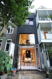 De tuingevel is meer open, een groot venster over begane grond en verdieping brengt veel licht in de 20 meter diepe woning • Foto Gwendolyn Huisman en Marijn Boterman.