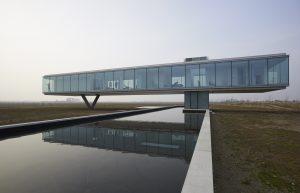 Villa Kogelhof staat vlak bij zee. Er waait dus bijna altijd wind om het gebouw die zorgt voor verkoeling.