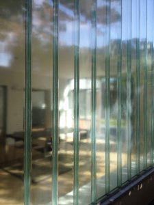 Profilit glaswand aan de westkant, zijde buurpand