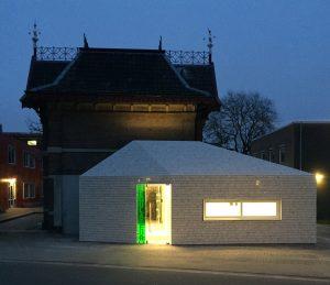 Links van de deur zijn toiletten, rechts de keuken en uitgifte. Via een dakraam valt licht op de oude gevel.