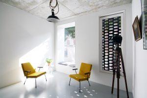 Aan de straatzijde van de eerste verdieping is een bibliotheek. Het te openen raam is verscholen achter halfopen Braziliaans metselwerk, het andere raam steekt een stuk naar buiten, en heeft zo letterlijk een vensterbank • Foto Gwendolyn Huisman en Marijn Boterman.