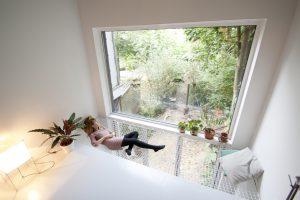 Achter de tuingevel is een vide, waar een net in hangt om liggend van het zicht op de collectieve Schoonoordtuin te genieten • Foto Gwendolyn Huisman en Marijn Boterman