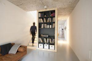 De woonkamer op de eerste verdieping met in het midden de voorzieningenkern • Foto Gwendolyn Huisman en Marijn Boterman.
