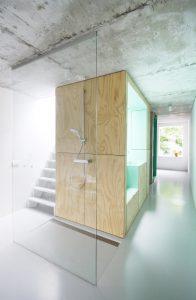 Op de tweede verdieping zijn slaap- en badruimten en een trap naar het dakterras • Foto Gwendolyn Huisman en Marijn Boterman