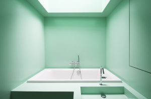 Badstee: Groen badmeubel in de open badkamer met daklicht • Foto Gwendolyn Huisman en Marijn Boterman.