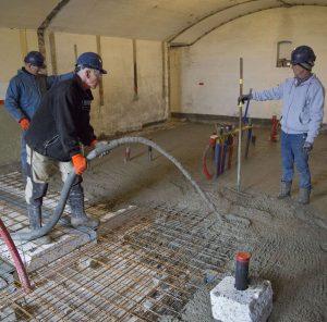 De vloer wordt afgewerkt met een gewapende betonnen druklaag en is te vergelijken met die van nieuwbouw.