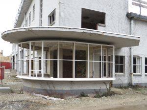 De ronde portiersloge op de hoek van gebouw RF, Hier komt het keramiekatelier van Jeanine Eek. Foto Jacqueline Knudsen.