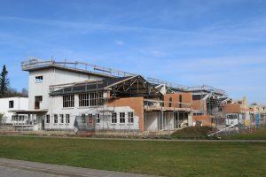 Aan de achterzijde is gebouw RF doorgezaagd en gesloopt, om plaats te maken voor nieuwbouw. Hierdoor zijn de polonceauspanten van de vier hallen zichtbaar. Foto Eek & Dekkers.