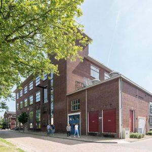 Gebouw RK, met het bureau, de werkplaats en showrooms van Piet Hein Eek. Het transformatorhuisje op de hoek wordt verbouwd tot woning.