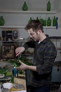 Klaas Kuiken heeft in zijn atelier twee ovens voor zijn glasprojecten • Foto Juuke Schoorl