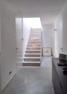 De inwendige trap naar het woongedeelte van het souterrain vangt veel daglicht via een vide en een dakvenster. Foto Jacqueline Knudsen.