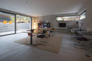 Het kantoordeel bestaat uit een magazijn, een pantry, een vergaderkamer en een grote open ruimte met aansluitend verdiept terras. Foto Jan Willem Schouten.