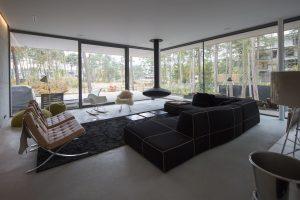 De woonkamer heeft aan twee zijden grote glaspuien naar het terras. Foto Jan Willem Schouten.