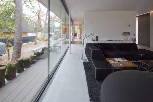 Lange zichtlijn door de hele lengte van de villa richting het hoge venster aan de straat. Hier liggen achtereenvolgens de woonkamer, entree/toilet/trap, eetkeuken en chillruimte. Foto Jan Willem Schouten.