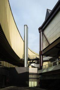De oudbouw van Italo Gamberini uit de jaren '80 heeft industrieel karakter. De nieuwbouw van Nio contrasteert hiermee in vormentaal, materialen en kleuren. Foto Fernando Guerra